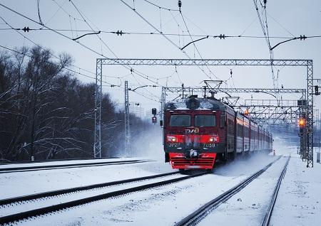 Под Красноярском при столкновении автомобиля ипоезда скончался шофёр