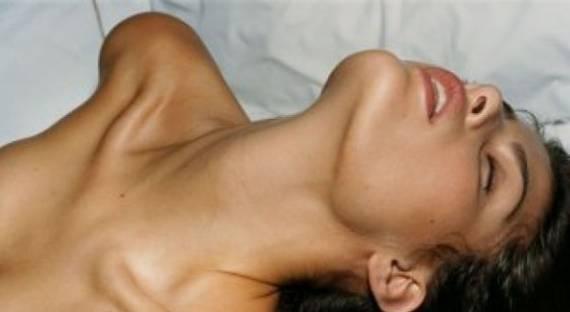 Русская жена просит парней довести ее до струйного оргазма