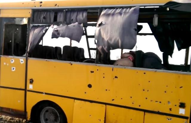 Автобус смирными жителями подорвался наукраинском КПП вДонбассе
