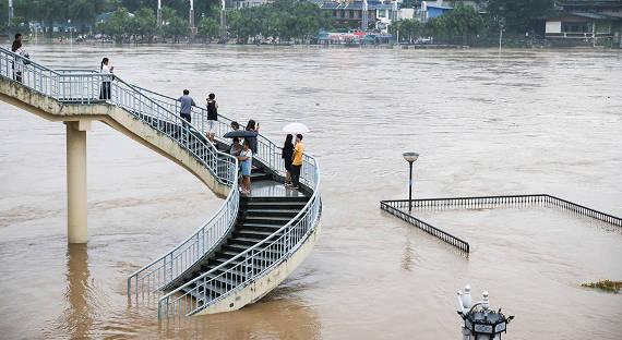 В КНР дом забрало потоком сразу после эвакуации