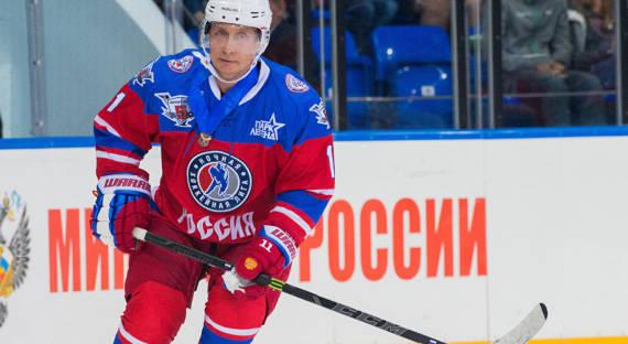 Путин сыграл вхоккей наКрасной площади. Хоккей