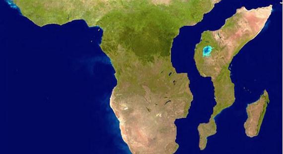 Раскалывающуюся надве части Африку показали навидео