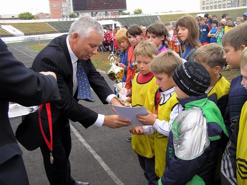 Министр спорта Валерий Денщиков награждает спортсменов