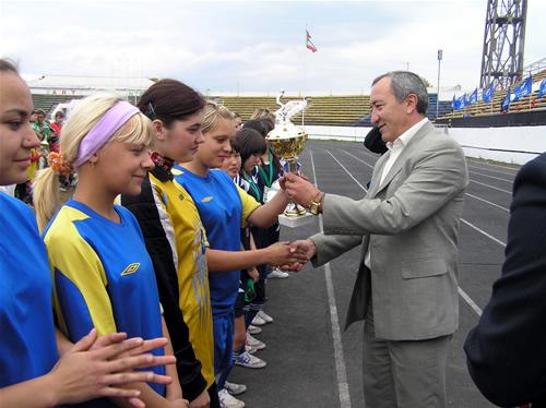 Заместитель министра Виктор Струков вручает кубок