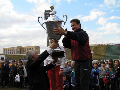 Кубок победителя вручается представителям Усть-Абаканского района