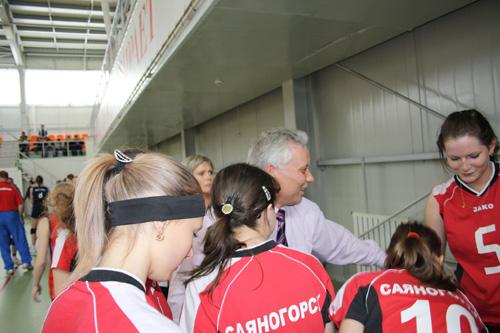 Министр спорта, туризма и молодёжной политики Валерий Денщиков и волейболистки сборной Хакасии