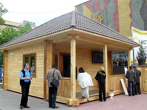 Перед входом в Драмтеатр был установлен симпатичный домик