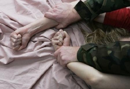 двое парней насилуют девочку онлайн: