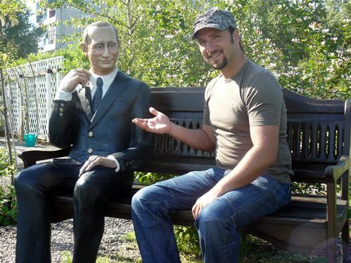 Скульптура Владимира Путина и создатель парка Сады мечты Денис Сафронов