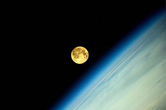Суперлуние, вид из космоса. Фото: Олег Артемьев, artemjew.ru