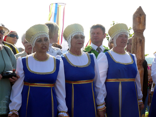 Бабушки в русских национальных костюмах