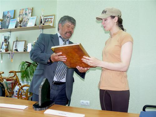 Николай Зибарев и Юлия Рева обмениваются подарками