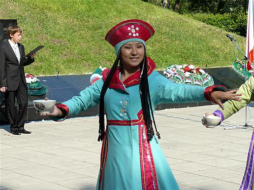 Девушки в национальных костюмах приветствовали гостей из Кузбасса хлебом-солью и напитком айран