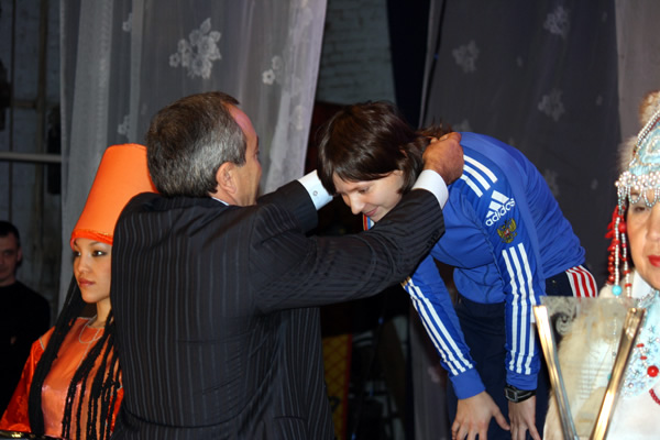 Виктор Струков награждает призёров