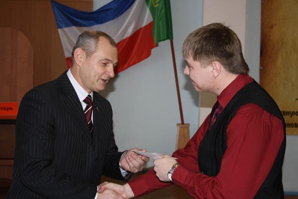 Владимир Крафт вручает награды