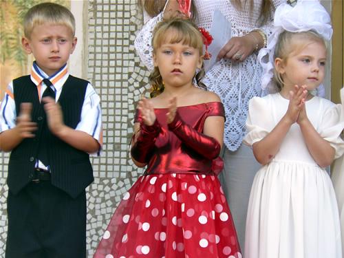 Дети на открытии детского сада